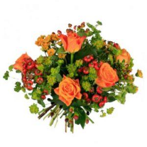 Vacker höstbukett med blommor i orange och rött. Låt floristen skapa fritt! Ett alternativ hos Florister i Sverige