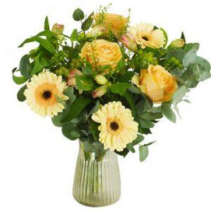 Blombukett med blandade blommor i gult. En grym bukett från Florister i Sverige