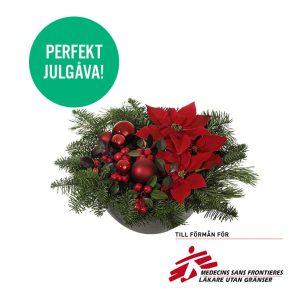 Låg julgrupp med julstjärnor, vaktelbär, gran/tall och julkulor. Skicka julgruppen med ett blomsterbud från Interflora!