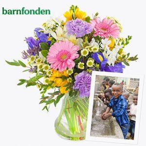 Bukett med blommor i blandade färger. 200 kr går till Barnfonden. Finns att beställa hos Euroflorist.
