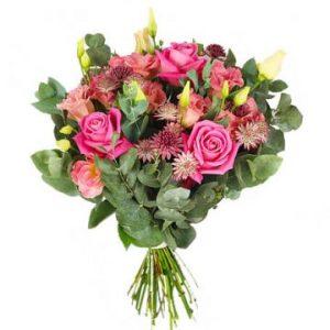 Bukett med rosa rosor, rosa snittblommor och gröna blad. Ur Florister i Sveriges sortiment.