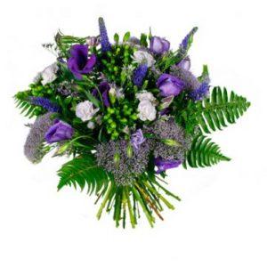 Vacker bukett med blommor i lila färgtoner. Beställ blommorna hos Florister i Sverige och låt dem färdas med ett bud hem till mottagaren!