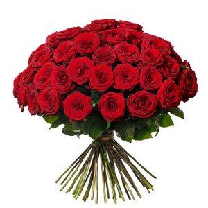 Exklusiv lyxbukett med 50 st röda rosor. Skicka rosorna med ett blomsterbud från Interflora!