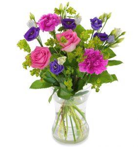 Sommarbukett med blandade blommor i lila nyanser. Beställ ditt blomsterbud hos Euroflorist!