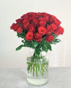 30 röda rosor i ett fång. Beställ hos Made4y.se