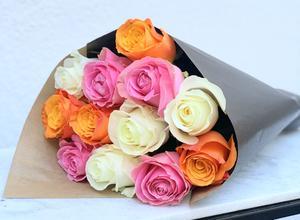 Mix med 12 rosor i blandade färger. Beställ blommorna hos Made4y.se - skicka med bud