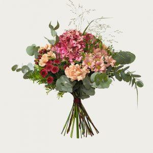 Höstbukett med hortensia, santini, nejlika och eucalyptusblad. Finns att beställa hos Interflora.